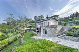 Villa Pratello with garden, pool, wifi, view