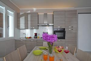 Kitchen with caffeemachine, dishwas. toast microw.