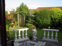Das Haus mit sonniger Terrasse und 3 Schlafzimmern bietet Platz für 6 Personen