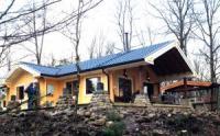 Robustes Holzhaus, 700 m vom See entfernt. Das Ferienhaus bietet Platz für 4 bis 5 Personen.