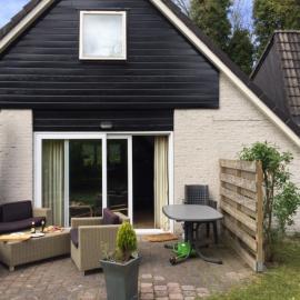 Die Gartenseite mit Terrasse