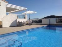 Sehr schönes Ferienhaus mit Pool, für 6 Personen, 3 Schlafzimmer, 2 Bäder, große Terassen, Meerblick