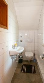 sep. Toilette in der Wohnung im Obergeschoss