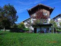 Das Ferienhaus hat eine schöne Terrasse mit Blick auf  die Berge und See,verfügt über 2 Schlafzimmer