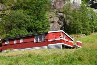 2 identische Ferienhäuser ( je 75 m² ) mit Terrasse und Boot am Hardangerfjord für je 6 Personen.