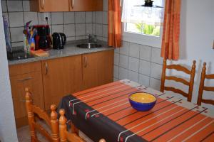 Eine der gleich eingerichteten Küchenzeilen