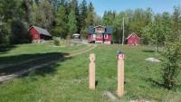 Idyllisches Pipilangstrumpfhaus in Blekinge, Südschweden, mitten im Wald gelegen mit eigenem Seeufer