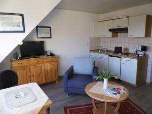 Ferienwohnung West - Wohnraum und Küche