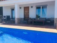 Die Villa mit großen sonnigen Terrassen und 2 Schlafzimmern bietet Platz für 4 Personen.