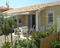 Das Ferienhaus mit 50 qm, 2 sonnigen Terrassen, 2 Schlafzimmern bietet Wohlgefühl pur für 4 Personen